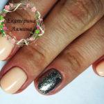 Серебряная слюда на ногтях