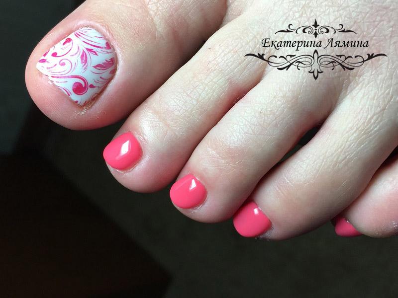 педикюр с розовым орнаментом